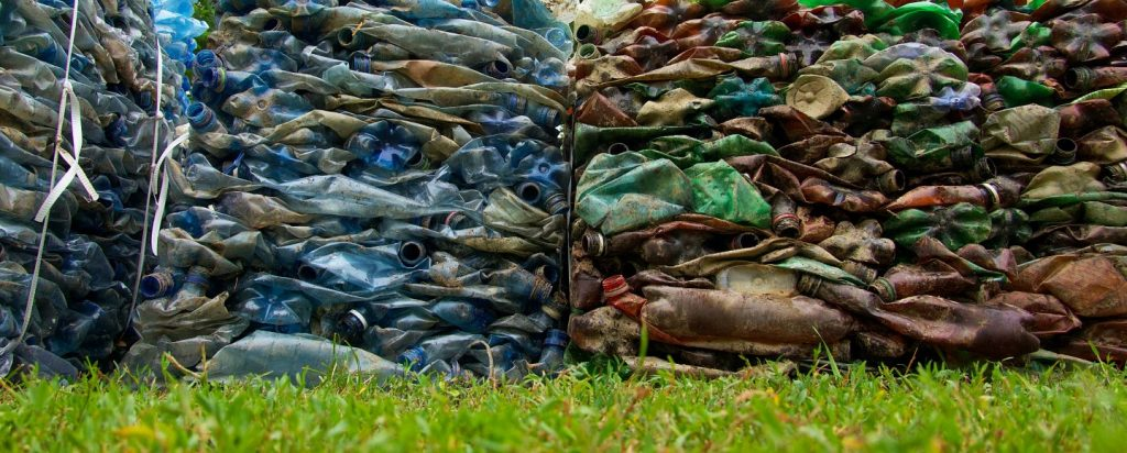 Isoja kasoja likaisia muovipulloja.
